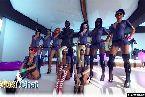 Coquin filles portent l'uniforme de la police femme avec menottes